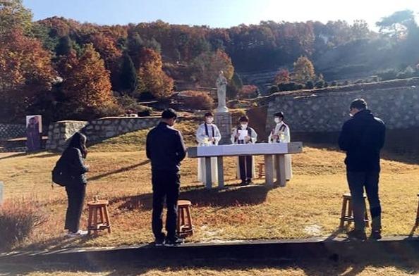 2020년 11월 2일 광탄 나자렛묘원 사형수를 위한 위령미사. (사진 제공 = 서울대교구 사회교정사목위원회)