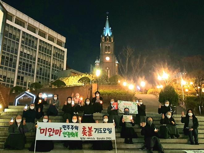 5일 저녁 명동성당 들머리 계단에서 여자 수도자들이 미얀마의 평화와 민주주의를 위한 기도를 바치고 있다. (사진 출처 = 한국천주교 여자수도회 장상연합회 JPIC 위원회)<br>