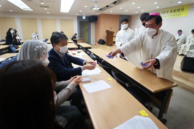 미사 뒤 문희종 주교는 세월호 가족에게 이콘 액자와 묵주를 선물했다. (사진 제공 = 수원교구)