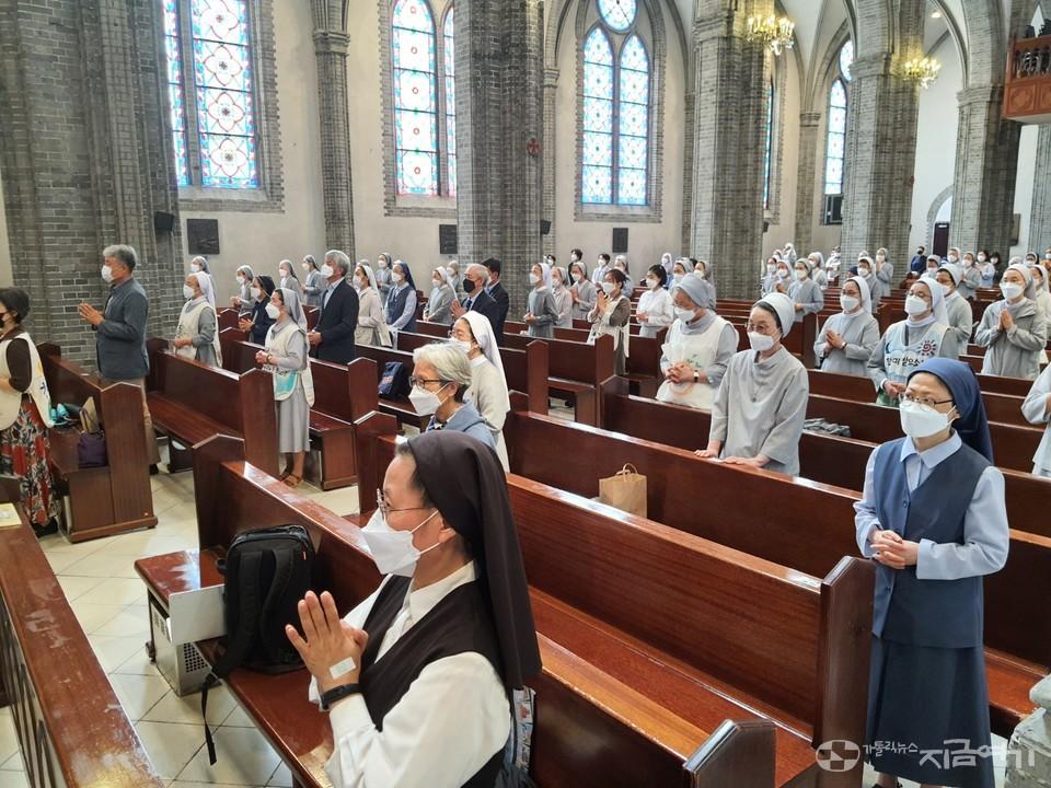 24일 이용훈 주교(주교회의 의장) 주례로 명동 성당에서 찬미받으소서 7년 여정 개막미사가 봉헌됐다. ⓒ김수나 기자<br>