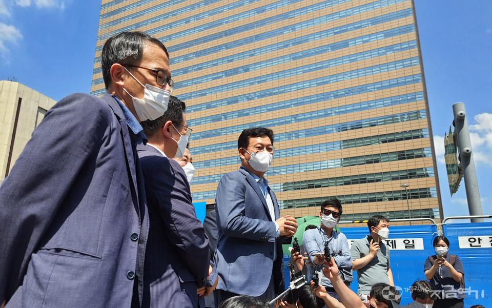 오후 2시쯤 송영길 더불어민주당 대표가 세월호기억관을 찾아 세월호가족들과 면담했다. ⓒ김수나 기자<br />